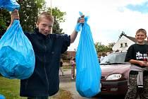 """Jan Koutník z Blížejova sbíral se spolužáky odpadky po celé obci. """"Občas to bylo nechutné, třeba když jsme nacházeli špinavé kapesníky, ale jinak mě to docela bavilo,"""" říká třináctiletý školák."""
