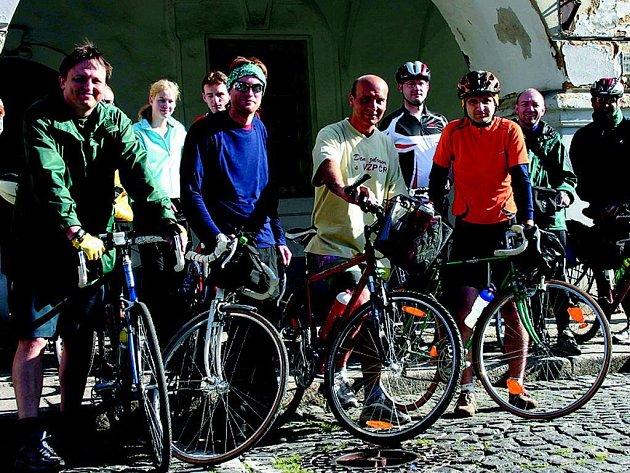 JEDENÁCTKA STATEČNÝCH. Cyklisté, kteří se vydali do Regensburgu jako předvoj. Zbytek výpravy domažlické TJ Orel dorazil druhý den autobusem.