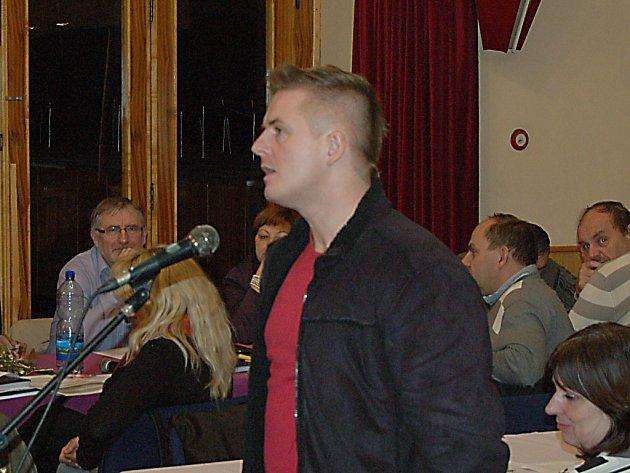 Václav Kadlčík argumentuje na zasedání domažlického zastupitelstva.