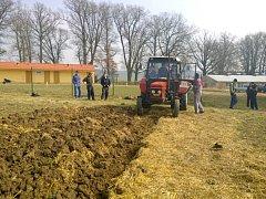 Žáci horšovskotýnské školy si zkoušejí obdělání vlastní půdy.