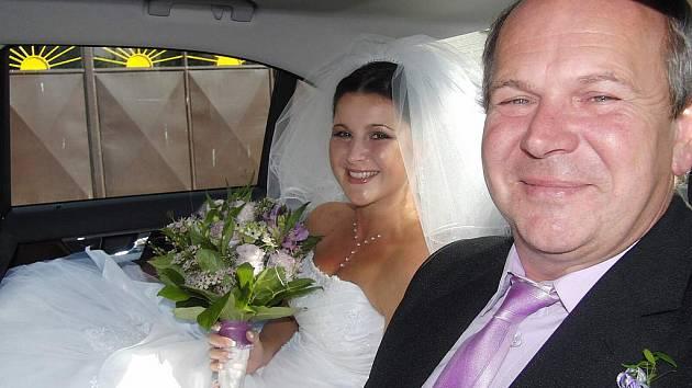 NEVĚSTA. Markétu Macánovou (na snímku) z Čermné zatahovaly při odjezdu na svatební obřad členky tamního svazu žen.