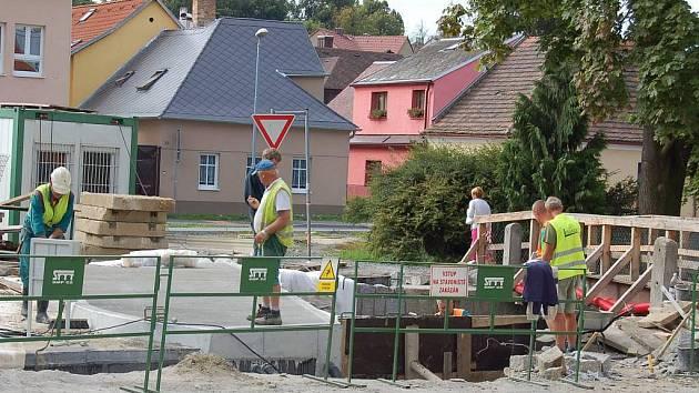 Ze stavby mostu v domažlické ulici Npor. O. Bartošky a úpravy koryta Zubřiny.