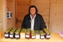 JIŽ DVACET LET pravidelně každou středu přivážejí manželé Holarovi z nedalekého Chodova na domažlický trh jejich domácí med, lesní a květový.