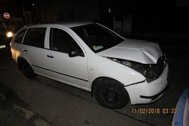 Přední části své fabie narazil v holýšovské Tylově ulici opilý řidič do zaparkované octavie.