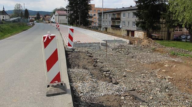 Nové chodníky v Hostouni.