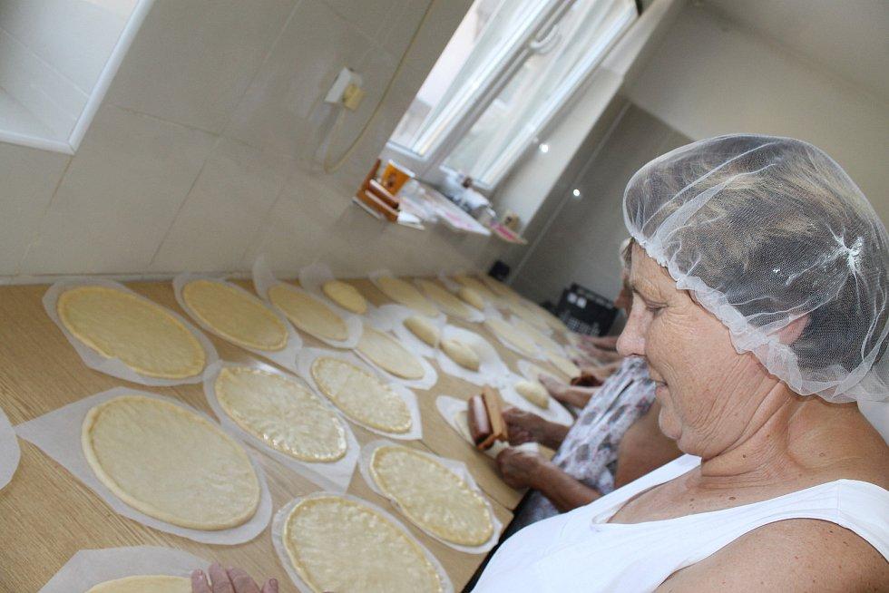 Přípravy chodských koláčů v bořické pekárně.
