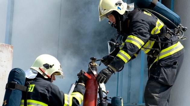 Domažličtí hasiči při zásahu.