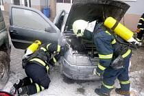 V ulici Dr. Šlejmara začalo od motoru hořet osobní auto.