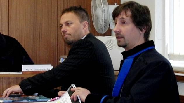 ZE SOUDNÍ SÍNĚ. René Chalupník (vlevo) je obviněn ze zločinu těžké ublížení na zdraví a přečinu výtržnictví.