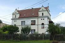 Rodák Prof. MUDr. Josef Thomayer dal v roce 1908 na vlastní náklady vystavět v Trhanově tento dům pro potřebné.
