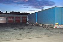 Uživatelům nákladních vozidel bude umožněno parkovat na vyhrazeném parkovišti v ulici Hřbitovní a Sportovní.