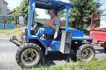JOSEF SEIDEL, pracovník obecního úřadu, obden vyráží s kropicím vozem a zalévá strom od stromu.