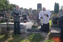 Na hřbitově v Milavčích si připomněli 150. výročí narození P. Matyáše Sazamy.