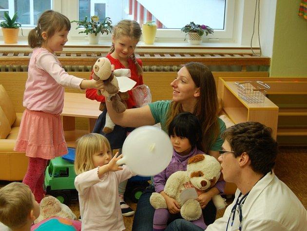 Trojice mediků navštívila domažlickou mateřskou školu.