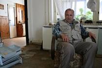Na snímku je Jiří Knápek z Blížejova, jehož dům postihly letošní povodně nejvíce a kterému v jeho neštěstí ochotně pomohla Ivana Polanská i Miroslav Bek.