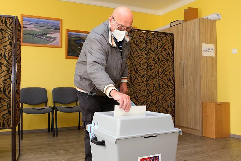 Volby do poslanecké sněmovny začaly ve čtrnáct hodin i na Domažlicku. V obci Mrákov čekali na otevření volební místnosti tři místní obyvatelé a za prvních 30 minut dorazilo volit několik desítek lidí.
