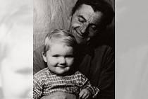 Jaroslav Souček s vnučkou Josefínou.