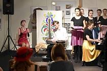 Studenti představili v Plzni komponovaný program s hudbou, tancem, recitací i ohlédnutím do historie.
