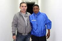 Ze čtvrtečního tréninku Jiskry Domažlice, jehož se zúčastnil i nigerijský útočník Danny Busco.