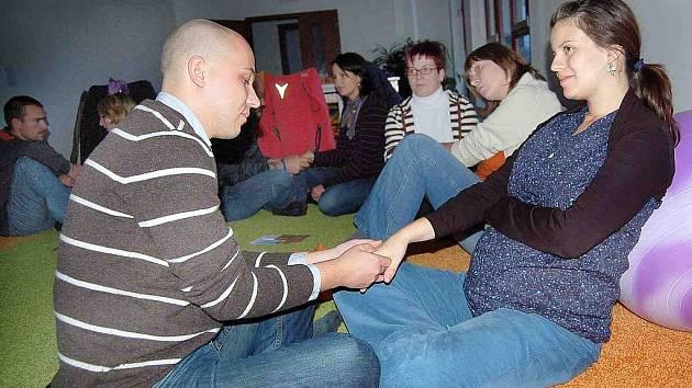 RELAXACE A MASÁŽE NA ZÁVĚR. Byrtusovi se učili zvládnout také masáž ruky na základě instrukcí Elišky Královec Černé
