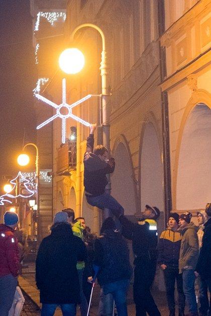 Silvestrovské veselí na náměstí vDomažlicích.
