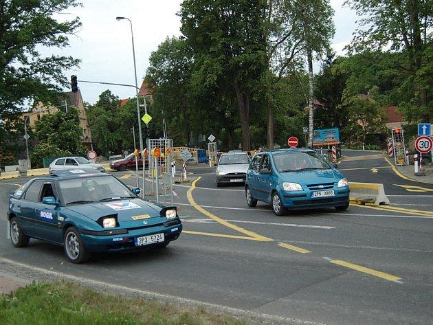 Vjezd na provizorní přemostění řídí semafory.