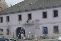 Příprava na nová okna pro starou radnici.