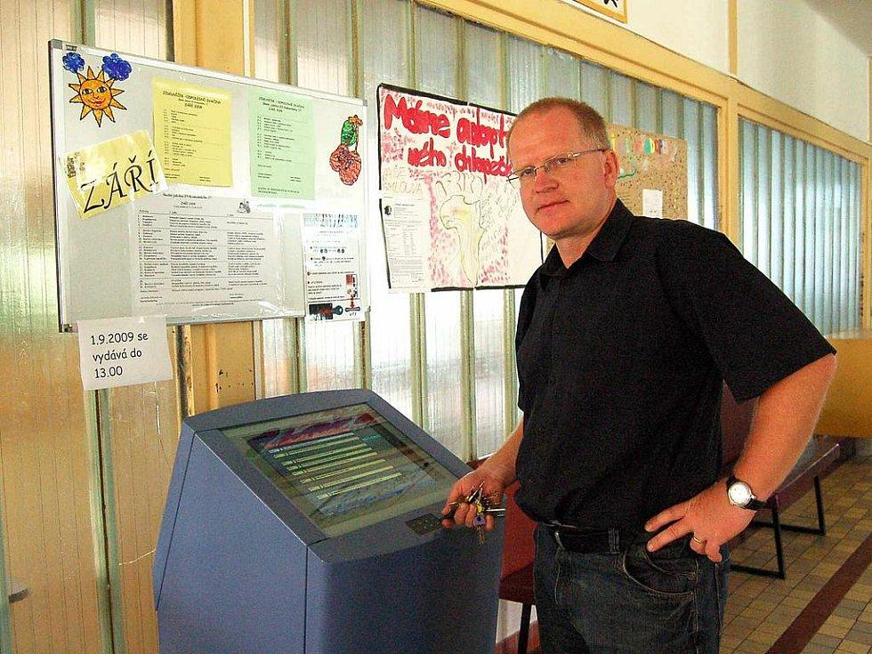 Ze ZŠ Komenského 17: Ředitel Ivan Rybár nám ukázal velkého pomocníka - objednávací box.