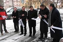 Ze slavnostního stříhání pásky v Husově ulici v Domažlicích.