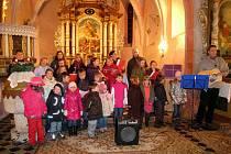Předvánoční koledování v meclovském kostele.