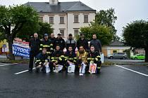 Třináct soutěžících borců – hasičů.