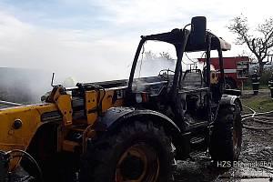 Ohlášené pálení větví nedaleko Zahořan se v úterý dopoledne vymklo kontrole. Na poli totiž začal hořet také manipulátor.