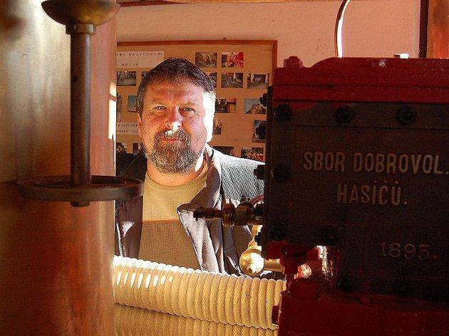 KAREL ŘEZNÍČEK S JEDNÍM Z MNOHA UNIKÁTŮ Hasičského muzea v Postřekově. Tím je parní stříkačka domažlických hasičů.