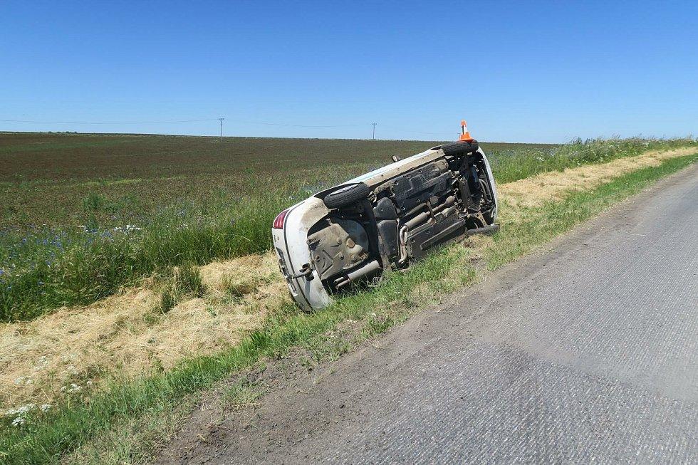 Dvaadvacetiletá řidička se lekla a v úseku, kde dělníci frézují vozovku, v pondělí havarovala. Foto: archiv PČR