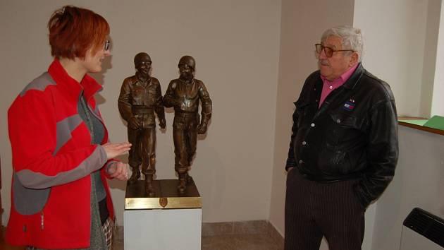 SOCHAŘ JAROSLAV BOCKER při instalaci modelu svého díla v Muzeu Chodska s organizátorkou Kristýnou Pinkrovou.