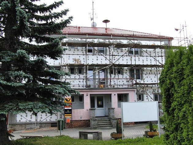 Budova, v níž se nachází nejen Obecní úřad Mrákov  a pošta, ale i čtyři obecní byty, se mění.