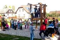 Z OTEVŘENÍ ROZŠÍŘENÉHO DĚTSKÉHO HŘIŠTĚ. Postřekovské děti si mohou v sousedství hasičské zbrojnice pěkně zařádit.