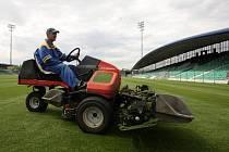 POSLEDNÍ ÚPRAVY trávníku na novém fotbalovém stadionu, který dnes otevře slavnostní zápas FC Chomutov AC Sparta Praha.