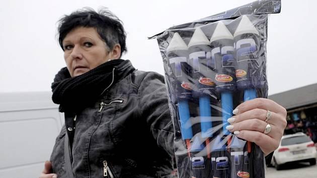 NA FOLMAVSKÉ TRŽNICI jsme bez problémů koupili i tyto rakety, přestože je jejich prodej ve stáncích nelegální.