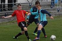 Kapitán mužstva FK Táborsko Jan Stoszek (na snímku v souboji se dvěma slávistickými obránci) se v jarní části sezony potkal s výtečnou formou. Také v sobotním střetnutí se stal klíčovou postavou svého týmu.