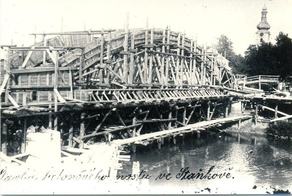 Stavba nového mostu v roce 1920.