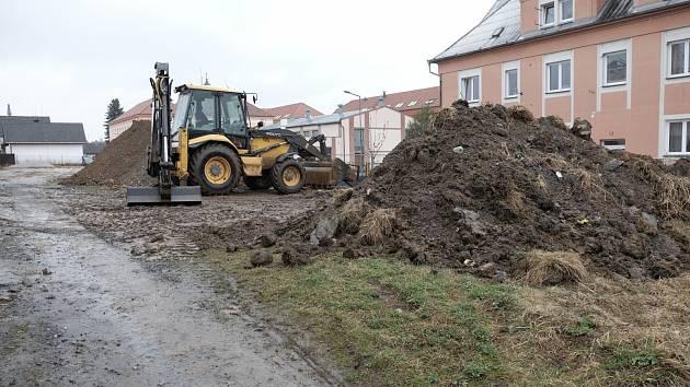 Pod Lidovým domem ve Staňkově už vzniká nové hřiště.