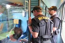 POLICISTÉ prověřují cestující v mezinárodních rychlících, které jezdí přes Domažlicko.