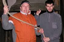 Ani v čase, kdy zvony odlétají do Říma, nebudou domažličtí zvoníci Karel Veverka a Tomáš Kadlec zahálet. Budou chodit drkat na původní drkačku.