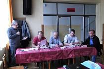 Z VÝROČNÍ SCHŮZE HOLÝŠOVSKÝCH RYBÁŘŮ. Za nemocného předsedu organizace pohovořil hospodář Karel Poslední (zleva), u stolu s ním usedli členové výboru Petr Ruml (referent pro brigády), Vladimír Volf (místopředseda), Pavel Bozděch (jednatel), Vladimír Trnka