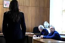 Zdeněk Hořický (zcela vpravo) u soudu.