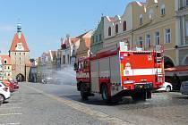 Domažličtí dobrovolní hasiči ochlazují dlažbu historického náměstí už od soboty. Dnešek nebyl výjimkou.