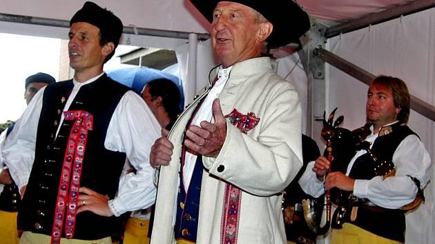 SE SOUBOREM UŠEL PĚKNÝCH PÁR LET. Antonín Kuželka (uprostřed), jemuž neřeknou jinak než strejda Kubijáčkouc, neodmyslitelně patří k Národopisnému souboru Postřekov. V něm účinkují nejen místní, ale i přespolní.