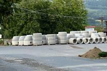 Dílští to musejí v rozkopané obci nějaký čas vydržet. Stavební materiál pro novou kanalizaci je uložen na parkovišti vedle obecního úřadu.