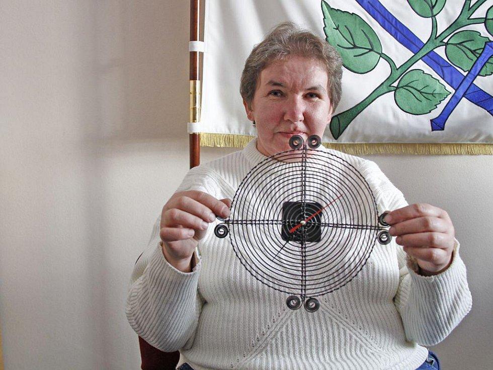 Dana Soukupová z Ostromeče ukazuje drátěné hodiny.